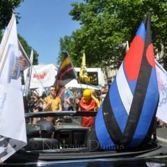 MECS EN CAOUTCHOUC a défilé aux côtés de l'ASMF, CODE FETISH et UNIF UNIF. Les 4 associations se sont unies sous une bannière commune.